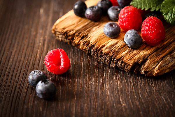 Krämig dessert med blåbär och hallon